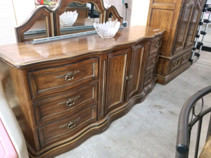 Drexel long dresser with 3 sided mirror 51140219-568f-421a-9440-9a1584c3dc3e