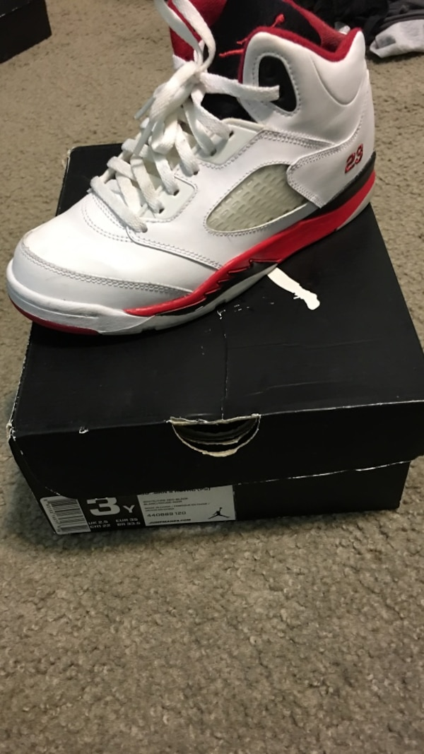 online store 43f23 c73b8 Unpaired black and red fire red air jordan 5 on box