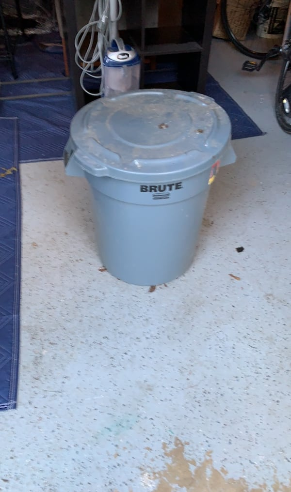 Brute Rubbermaid trash can 0e600bc7-d156-432c-9df0-fd533d860b63