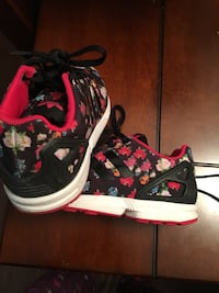 black-and-red floral low-top sneakers Victoria, V8N 4Y9
