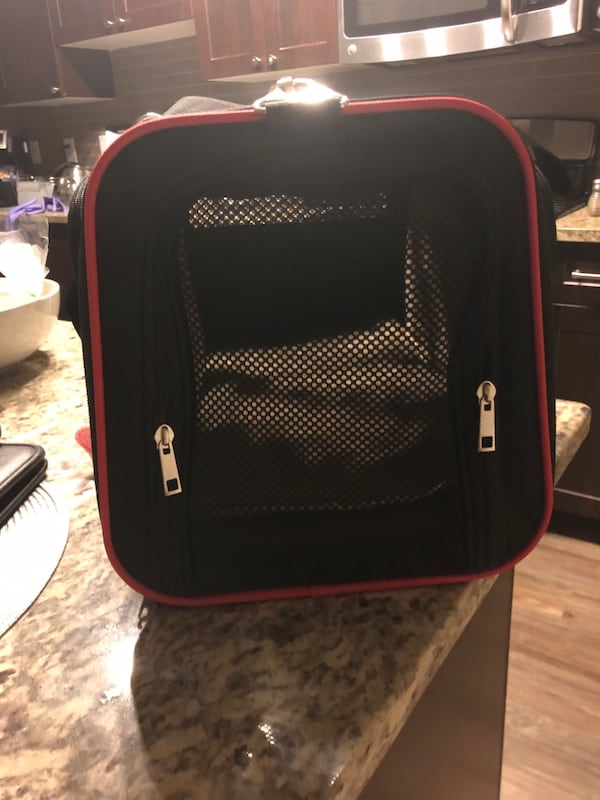 Travel carrier for pets 74b1b782-88ff-472d-908f-bba14bd60807