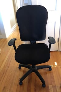 Newer office chair in excellent condition