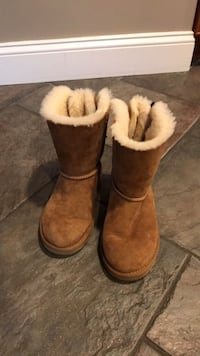 Girls UGGs boots. Size 3. Like new condition.  Quincy, 02169