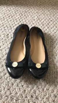 Pair of black leather flat shoes Clarksville, 37042