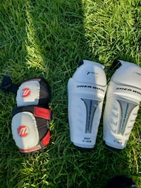 two pairs of white and black Everlast boxing gloves 617 km