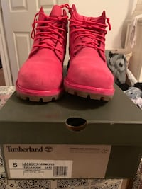 Pair of pink timberland boots with box Decatur, 35601