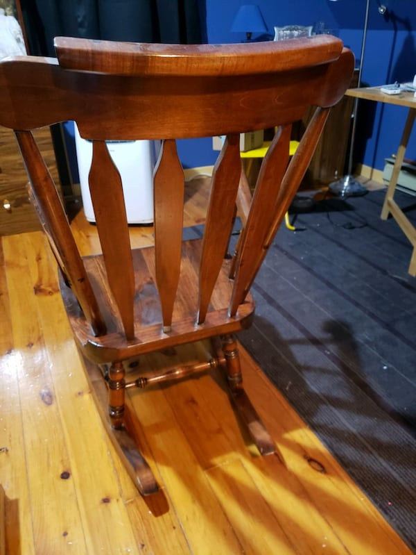 Vieille chaise berçante. Vintage old wood rocking chair, 39a2aa17-af6f-4b0e-8afd-91983f905e7a