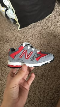 unpaired gray and red New Balance low-top shoe