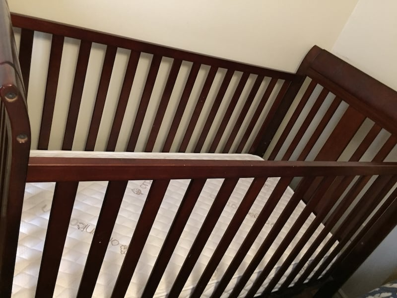 Heavy Wood baby crib in excellent condition and almost new mattress 21131e15-06d2-45ea-9bf2-9cdf90d05dfb
