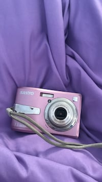 Pink sanyo point and shoot camera Clifton, 20124