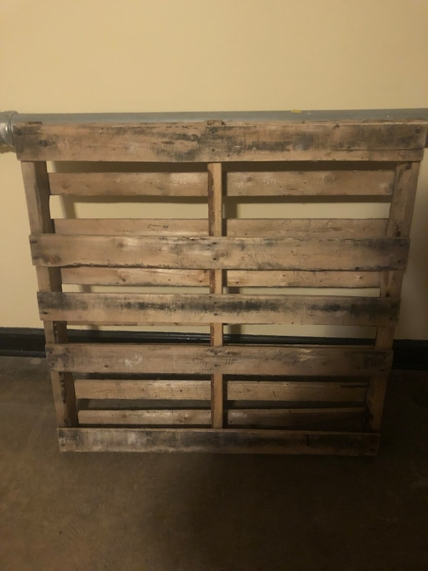 Two free pallets  8c9b92f7-8b19-4551-ac79-19959a3bf339