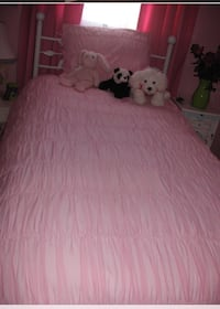 Beautiful pink pottery barn twin duvet cover and sham set. Great gift for that little girl ..