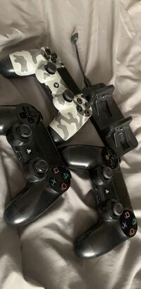 3 ps4 controllers with charger Milton