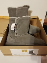 pair of gray UGG boots with box Mount Forest, N0G 2L1