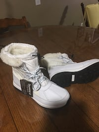 snowboots  Bearpaw size  9 never worn brand new Harpers Ferry, 25425