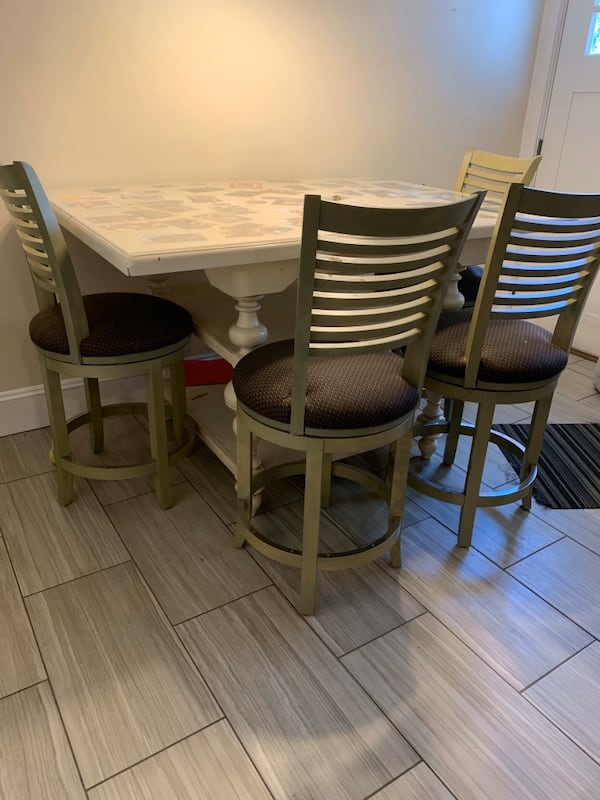 Table and chairs 4c1b4a0a-a344-4304-9946-5461a507de76