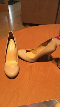 pair of beige patent leather pumps Conway, 29526