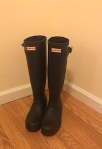 pair of navy Hunter Tall rain boot, size 9- near perfect condition