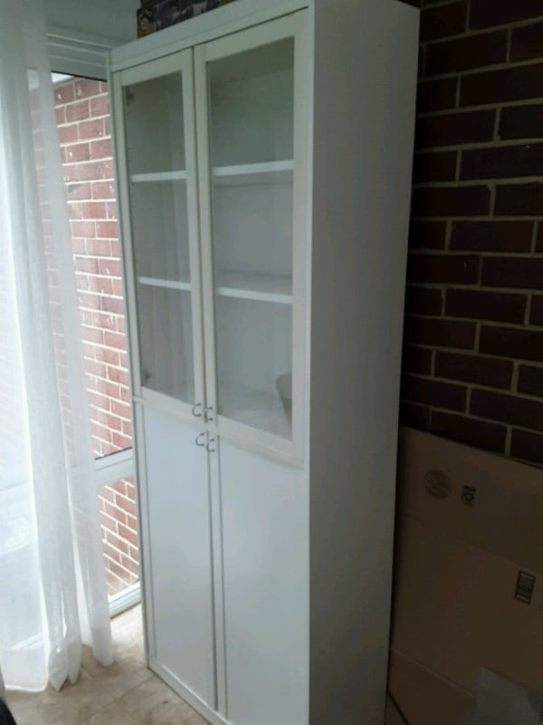 White wood glass cabinet 8dc0d4ab-03f6-4246-b167-0b871f695dc7