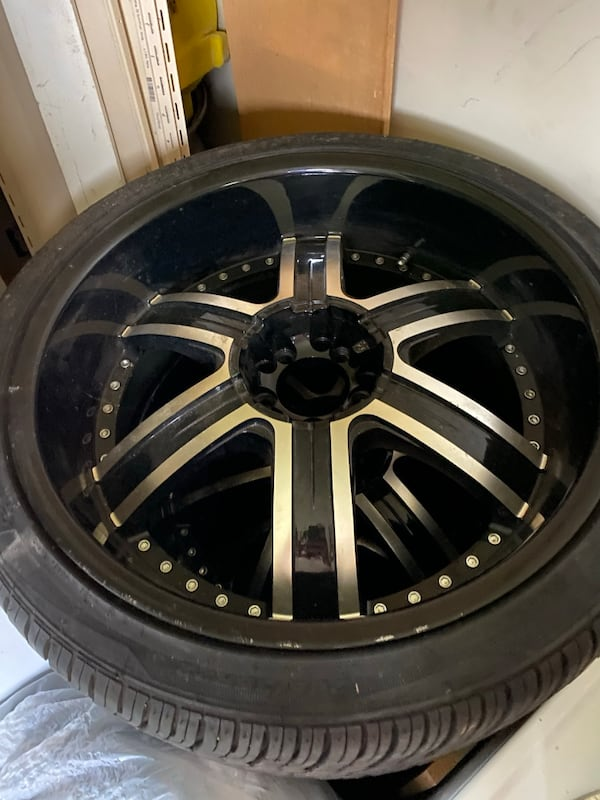 22 inch rims Crave Alloy. 5 lug nuts. Some of the screws missing but rim is in good condition 01a2dc95-52f1-4a24-b43b-69856481bbe4