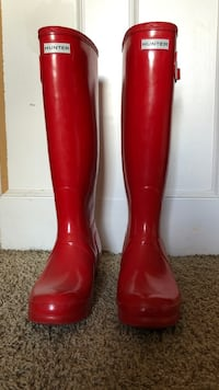 Authentic Hunter rain boots, size 9.  Worn only about 3 times, so they are pretty much brand new!  Seal Beach, 90740