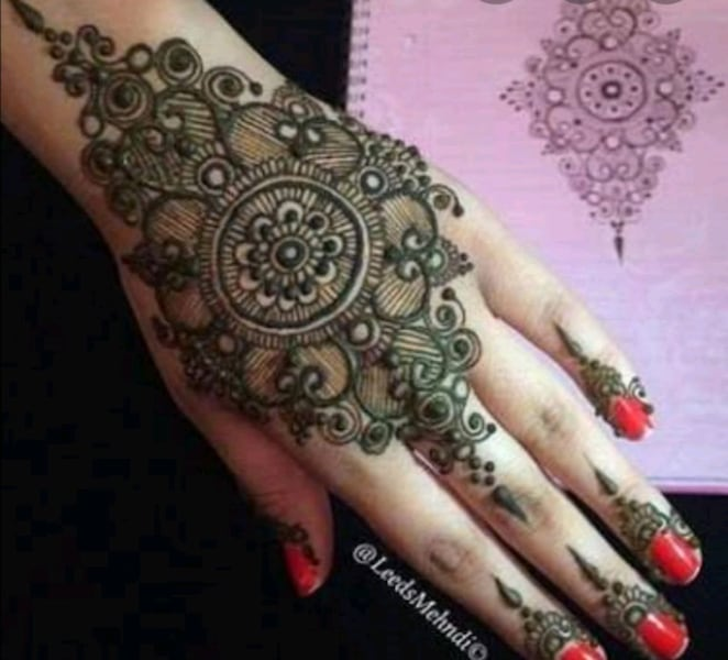 Henna tattooing 926a217f-658c-4530-9454-14c7003bf673