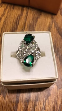 Emerald Green Colored Stone w/ Clear Stones Silver Colored Ring sz 8. Oklahoma City, 73149