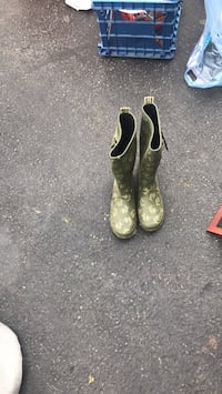 pair of green-and-black rain boots Centreville, 20120