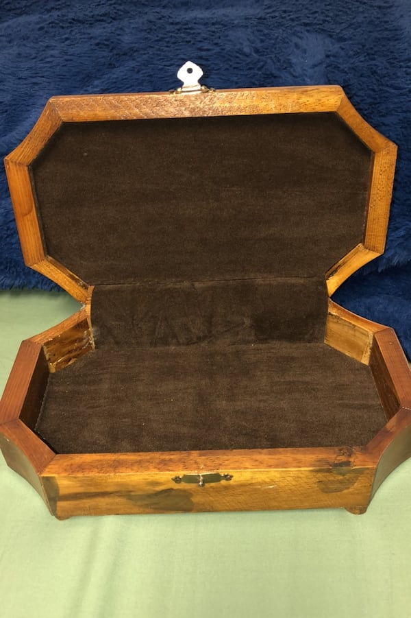 "Vintage jewelry or trinket boxWith soft leather top. 10"" x 6"" 5f4646fa-af53-4ef5-b358-0101c9389315"
