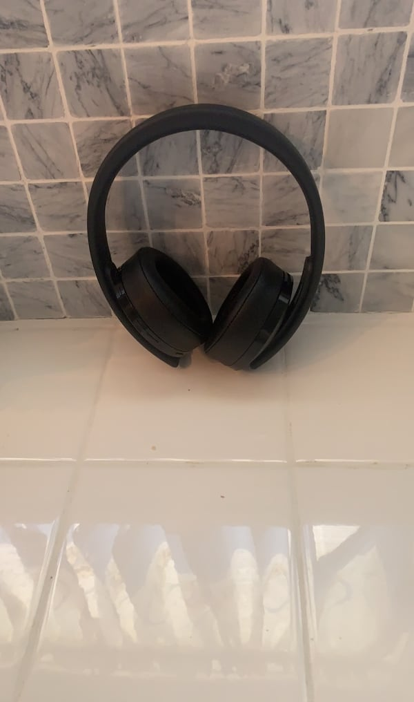 Headphones dont hit me up untill you are certain you you want it pls  c73f2f0e-6ccd-48f4-892c-377001cc38cd