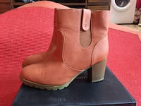 paire de bottines chelsea à talon bottier en cuir marron