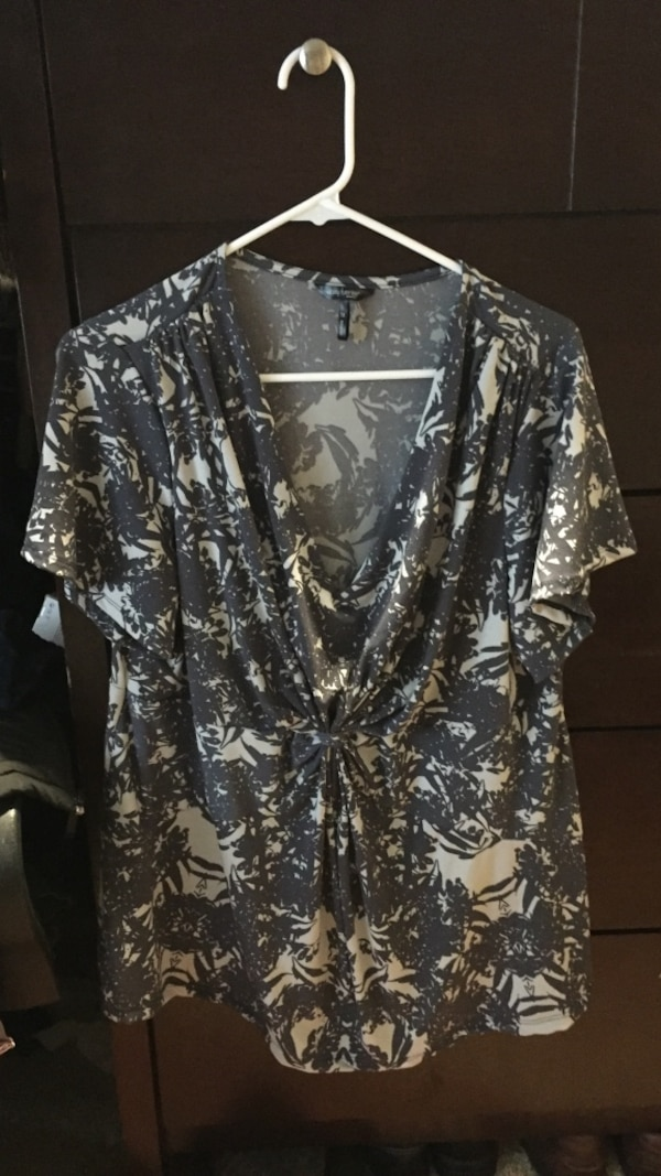 Women's black and white floral v-neck top
