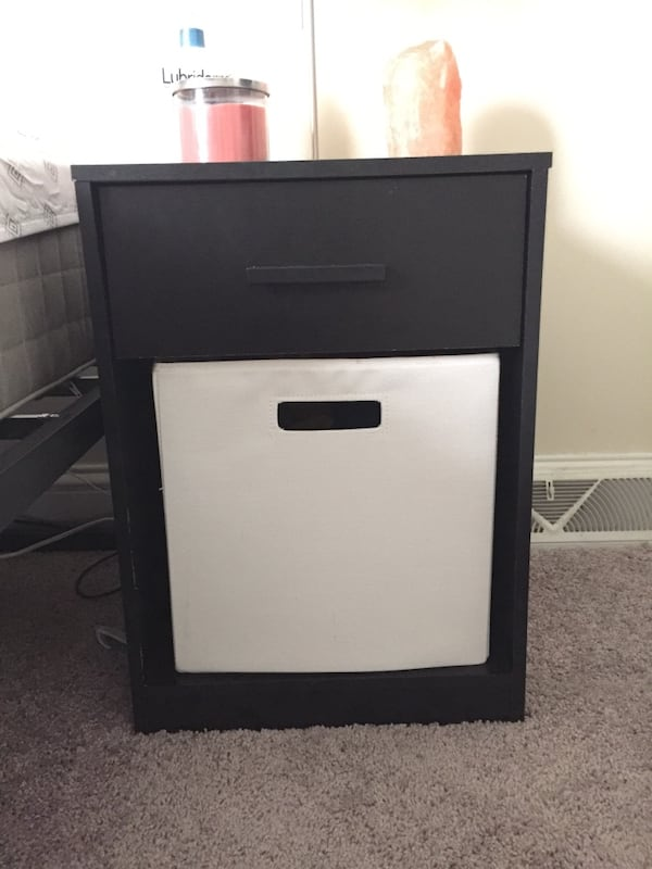 Small nightstand with cube  398f1d39-b875-4e59-96fa-6b629b7a9245