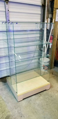 Glass shelves, has wheels North Springfield, 22151