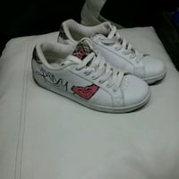pair of white-and-red low top sneakers 536 km
