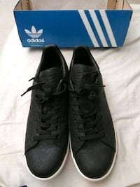pair of black Adidas low-top sneakers Victorville, 92394