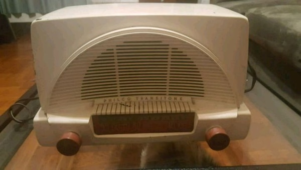 1952 Philco transitone radio 243085fe-9589-44de-a5ea-03b9fb6ce5cc