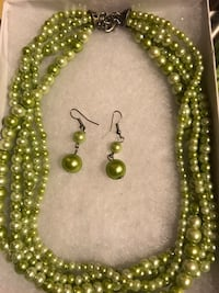 GREEN BEAUTIFUL NECKLACE AND EARRINGS SET.