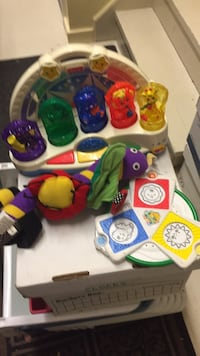 Huge lot baby toys. Fisher price light up color. Toy, Crayola beginnings color reveal toy and baby stroller bar. All only $14! Montréal, H8Z