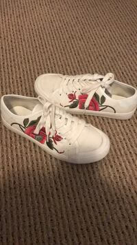 Pair of white with embroidered flowers sneakers Montréal, H4P 1Y7