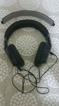 black and gray corded headphones 533 km