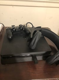PS4 1TB games wireless headset and 1 controller Fresno, 93726