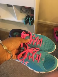 Girls size 5Y Under Armour gymshoes Naperville, 60563