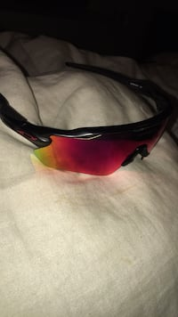 black and red framed sunglasses 1690 mi