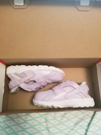 pair of white Nike Huarache with box null
