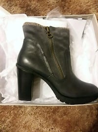 unpaired black leather side-zip chunky heel shoe with box