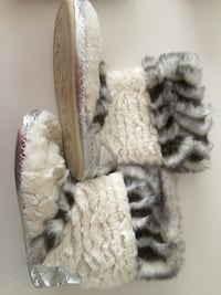 Slippers size 8-9  Toronto, M2M 2A9