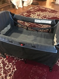 black and gray travel cot Montréal, H3X 1N3