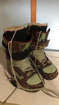green-and-brown Vans snowboard boots very comfortable size (9.5) Waterloo, N2J