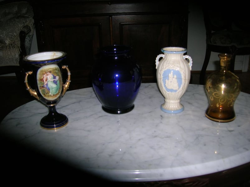 Two Urns and 2 Vases aa29a5e7-8cb0-49c9-9b31-39628861b46b